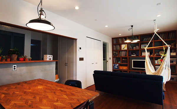 おしゃれな部屋画像、ハンモックのあるLDk