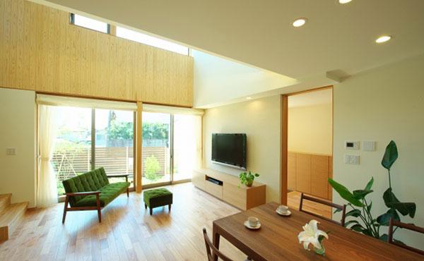 おしゃれな部屋画像、緑のソファがよく似合う